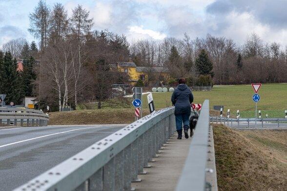 Durch eine fehlende Brücke über die Göltzschtalumgehung entstehen Probleme für Radfahrer und Fußgänger. Für sie gibt es an der Straße Querung keine eigene Trasse.
