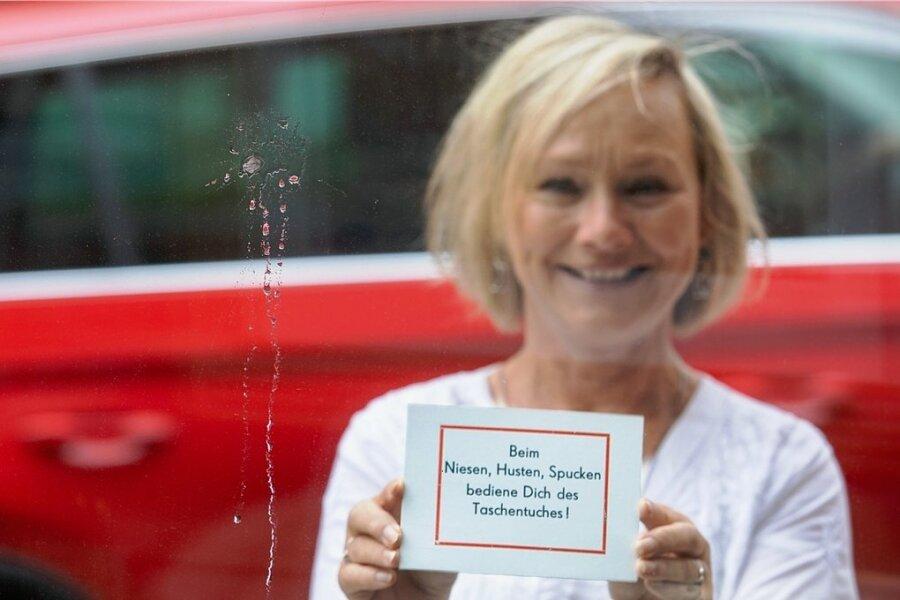 Katrin Hager, die Inhaberin der Galerie am Altmarkt, geht mit Humor gegen die eklige Hinterlassenschaft an ihrem Schaufenster vor. Auch geparkteAutos werden attackiert.