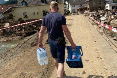 Ein Zwickauer Helfer bringt den Menschen im Katastrophengebiet in der Eifel dringend benötigtes Trinkwasser.