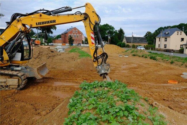 Die Erschließung des neuen Wohngebiets schreitet voran. Dazu gehört das Anlegen eines Walls als Barriere für Regenwasser.