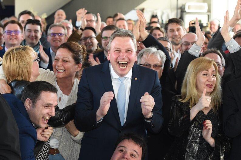 Anhänger der CDU jubeln am 26.03.2017 in Saarbrücken (Saarland) nach der Landtagswahl.