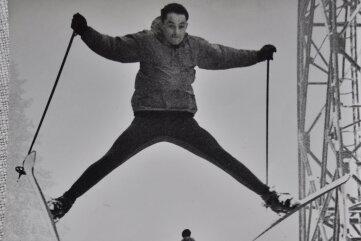 Trainer Joachim Loos hat stets Methoden ersonnen, um seine Alpinskifahrer zu formen. Hier springt Eberhard Riedel über ihn.