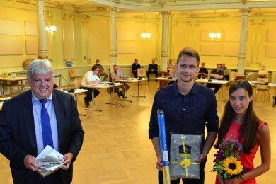 """OB Dieter Greysinger (l.) mit Marvin Schlegel und Freundin Lilly Straube am Mittwoch im Festsaal """"Goldener Löwe"""" in Hainichen."""