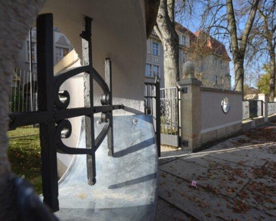Ein Teil der Mauer und des Zaunes am Albert-Schweitzer-Gymnasium in Limbach-Oberfrohna wurde saniert. Das kostete mehr als geplant.