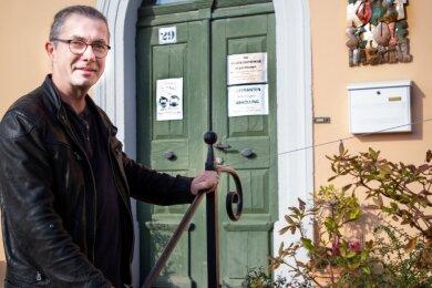 Rolf Büttner, der Leiter der Volkskunstschule Oederan, vor dem Eingang seiner Arbeitsstelle. Auch wenn die Schule momentan geschlossen bleiben muss, wird weiter geplant und organisiert.