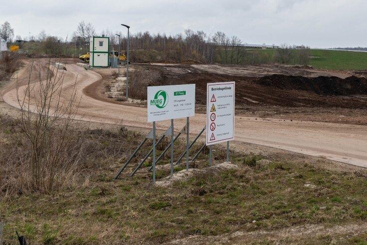 Blick auf einen Teil des Kiesgrubengeländes in Nähe der Autobahnabfahrt der A 72 bei Penig. Wenn das Areal verfüllt ist, soll darauf ein Autohof mit Motel, Tankstelle und Lkw-Parkplätzen entstehen.