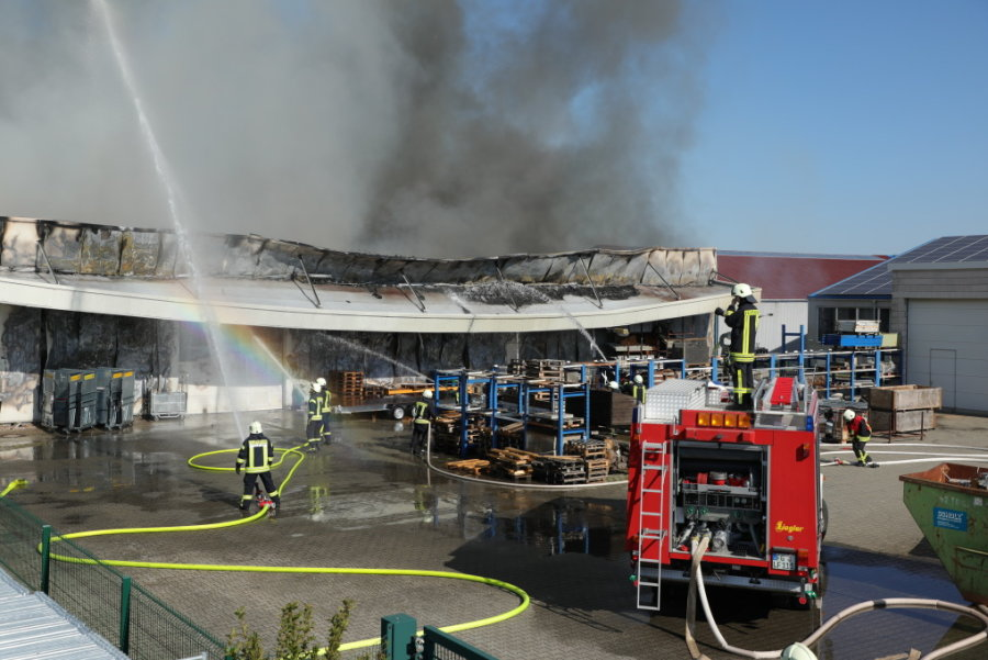 Großbrand in Großschirma: Eine Halle brennt nieder, eine kann gerettet werden