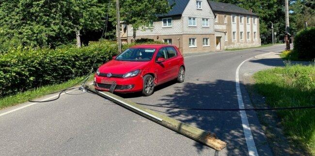 Bei einem Unfall am Donnerstagvormittag in Seifersdorf ist ein Telefonmast beschädigt worden. Er lag quer über der Fahrbahn.