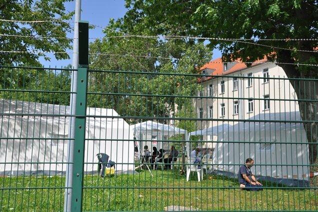 Erstaufnahmelager Chemnitz-Ebersdorf: Diese syrischen Flüchtlinge kamen am Samstag an und wurden in Zelten untergebracht.