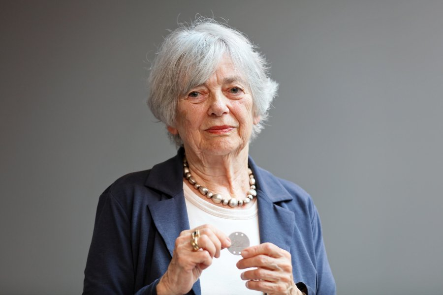 Helga Pollak-Kinsky hält die Marke in ihren Händen, die sie in Oederan zu ihrer Identifizierung tragen musste.