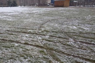 Auf dem Sportplatz des Oederaner Ortsteils Gahlenz hat ein Autofahrer Schäden hinterlassen.