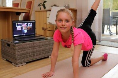Der SAV Schwarzenberg kümmert sich per Onlinetraining um seinen Nachwuchs - Frieda Helene Seifert ist eine von vielen, die im Wohnzimmer die Übungen absolvieren.