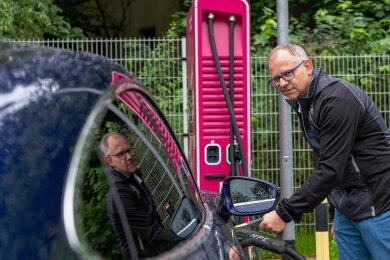 Der Rochlitzer Chris König hat den Kauf eines Elektroautos nicht bereut. Staus an der Ladesäule hat er noch nicht erlebt. Dennoch hält er einen Ausbau der öffentlichen Ladeinfrastruktur für nötig.