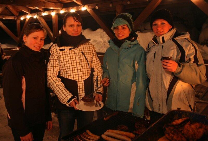 """<p class=""""artikelinhalt"""">Sharon Hofmann, Janine Bonczyk, Lisa Heinicke und Sophie Freitag (v. l.) vom TV Blau-Gelb 90 Bad Düben hatten auch beim Grillen im Sportpark Rabenberg viel Spaß.</p>"""