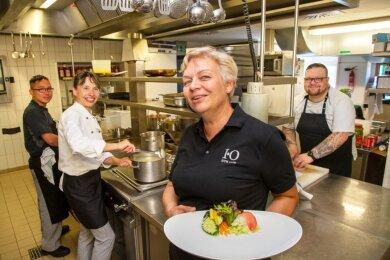Gastronomie ist zuerst natürlich Küche: Kathrin Reuter (2. v. r.) mit den Köchen Nam Dang, Astrid Lohse und Matthias Hiller (v. l.). 20 junge Leute haben hier den Beruf des Kochs oder Kellners gelernt.