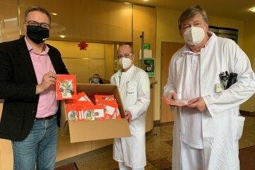OB Raphael Kürzinger (l.) übergab die Kartengrüße in der Paracelsus-Klinik an den Ärztlichen Direktor Dr. Jens Fielitz (r.) und dessen Stellvertreter Dr. Uwe Neumann.