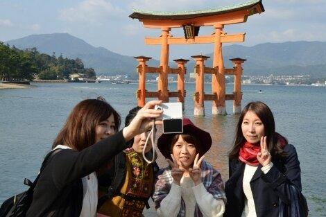 Wir waren hier: Erinnerungsfoto vor Japans berühmtestem Schrein-Tor auf der heiligen Insel Miyajima.