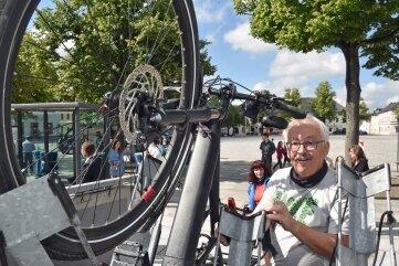 Heinz Weber aus Gebirge schnallte sein Fahrrad auf den Anhänger.