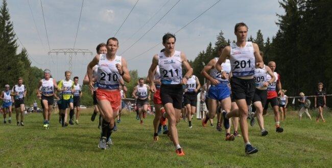 Schon beim Start über 10 Kilometer lagen Marcel Staudacher, Thomas Ungethüm und Pascal Gemkow (vorn von links) an der Spitze.