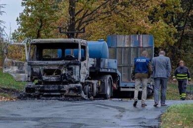 Eine der beiden ausgebrannten Zugmaschinen auf dem Betriebsgelände in Rodewisch.