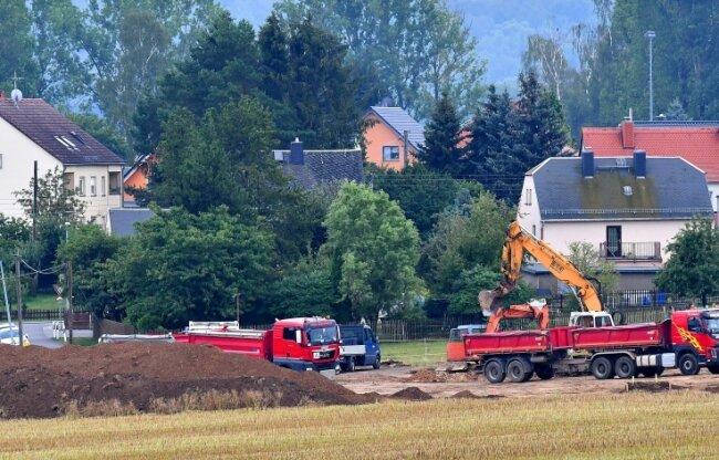Die Anlieger des Industriegebietes in Dittersbach können den Bau des Regenrückhaltebeckens aus nächster Nähe verfolgen.
