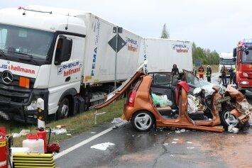 Der Beifahrer musste aus dem demolierten Kia geschnitten werden.