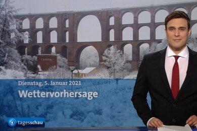 """Und nun die Wettervorhersage: """"Tagesschau""""-Sprecher Constantin Schreiber leitet zur Wetterprognose für den gestrigen Dienstag über. Und ein Millionen-Publikum bekommt dabei einen stimmungsvollen Eindruck von der weltgrößten Ziegelbrücke."""