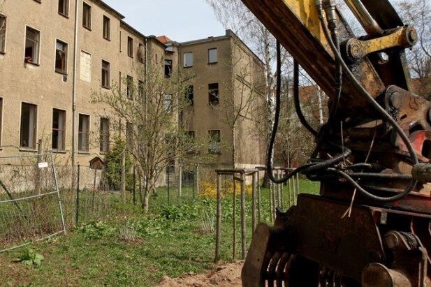 """<p class=""""artikelinhalt"""">An der unteren Weinkellerstraße wird in den kommenden Tagen mit schwerer Technik Platz für eine neue Rossmann-Filiale geschaffen.</p>"""