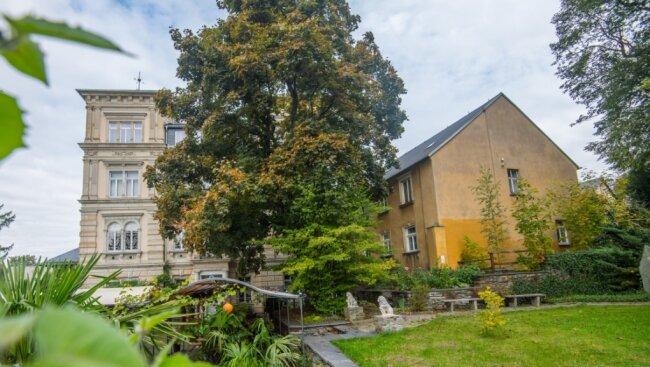 Das Nebengebäude (rechts) der Austelvilla wird bald verschwunden sein. Dadurch kommt das historische Gebäude künftig besser zur Geltung.