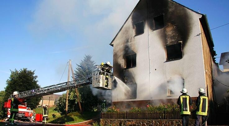 52 Feuerwehrleute kämpften mit den Flammen. Der Brand war aus bisher noch ungeklärter Ursache in diesem Einfamilienhaus an der Topfseifersdorfer Straße in Thalheim ausgebrochen.