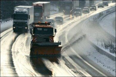 Eisregen, Glätte und neue Schneefälle sorgen deutschlandweit für erhebliche Verkehrsbehinderungen. Auf dem Flughafen Frankfurt kam der Betrieb stundenlang zum Erliegen, auf zahlreichen Autobahnen und Straßen stauten sich die Autos.