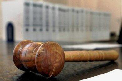 Das Landgericht Zwickau hat am Montag einen 40-Jährigen wegen Vergewaltigung verurteilt. Er soll eine junge Frau in Falkenstein zu einer abgelegenen Parkbank gelockt und sie vergewaltigt haben.