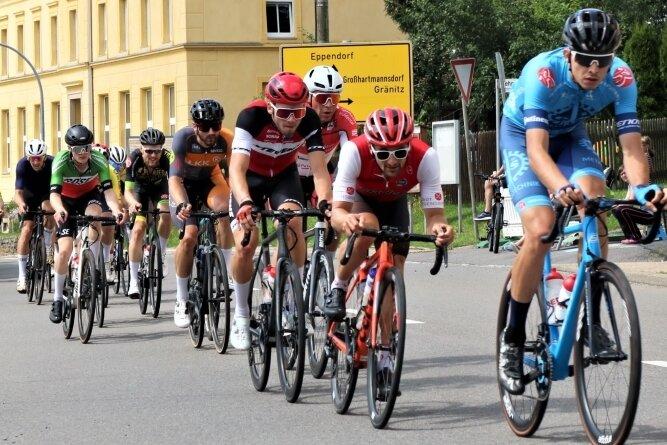 """Durchgesetzt: Dominik Röber (r.) vom Team P&S Metalltechnik hat am Sonntag das Radrennen """"Rund um Großwaltersdorf"""" gewonnen."""