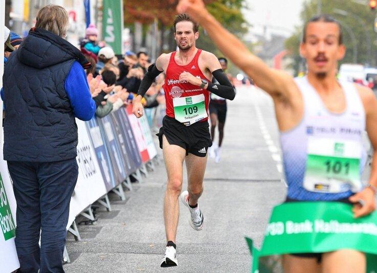Sebastian Hendel erreicht als Zweiter der Deutschen Meisterschaften das Ziel in Hamburg. Im Vordergrund ballt Simon Boch die Siegerfaust.