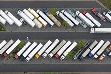 Mehr als 1500 Stellflächen für Lastwagen fehlen derzeit an Sachsens Autobahnen.