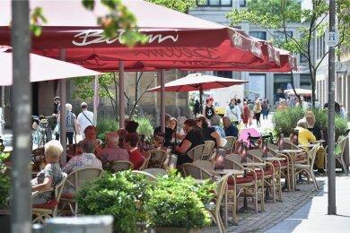 Sitzen in Restaurants Mitglieder verschiedener Haushalte an einem Tisch, gilt bislang eine Testpflicht. Die wird voraussichtlich ab Donnerstag entfallen.