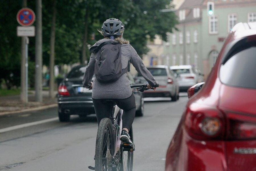 Radfahren ist in Zwickau nicht immer ungefährlich - wie hier auf dem Dr.-Friedrichs-Ring. Ein Radverkehrskonzept soll für mehr Sicherheit sorgen. Doch der Stadtrat hat den Plan noch nicht beschlossen.