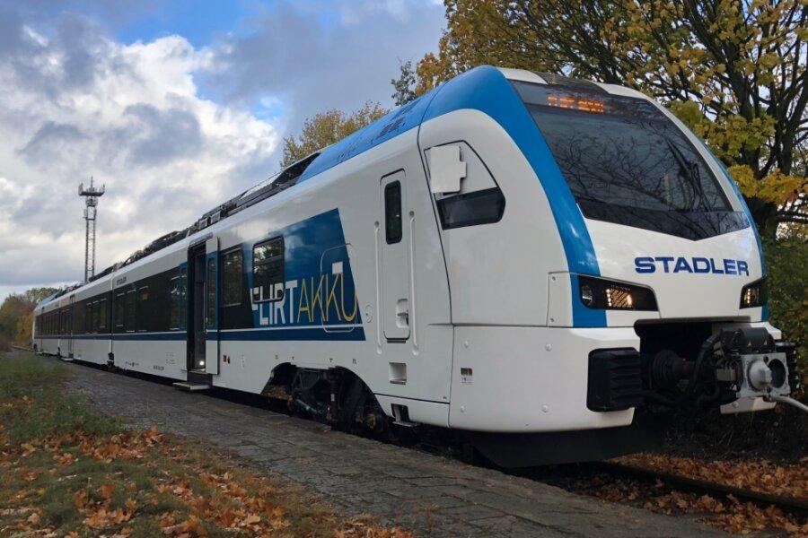"""Das schweizerische Bahntechnik-Unternehmen Stadler Rail produziert den """"Flirt Akku"""". Mit Strom aus dem Akku könnte er 185 Kilometer weit fahren."""