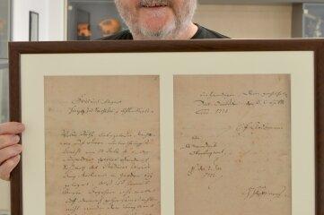 Geschäftsführer Hubert Böhme mit einer Kopie des kurfürstlichen Reskripts von 1771, das als Gründungsurkunde für die Freiberger Präzisionsmechanik gilt.