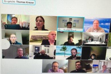 Thomas Krause berichtete Kanzleramtsminister Helge Braun (oben rechts) über die Arbeit an seiner Warnuhr.