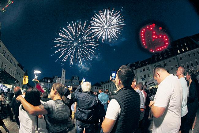Das 60. Plauener Spitzenfest im Jahr 2019 wurde von einem besonderen Feuerwerk begleitet. 2021 gibt es aufgrund der Coronapandemie wie schon 2020 keine Stadtfete - die 61. Ausgabe soll 2022 über die Bühne gehen.