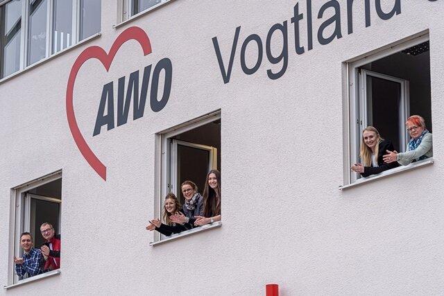 Mitarbeiter der Geschäftsstelle der Arbeiterwohlfahrt Vogtland in Auerbach mit Beifall dem Gesundheitspersonal gedankt, das in diesen Tagen gegen den Coronavirus kämpft.
