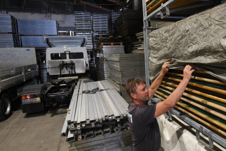 Geschäftsführer Mario Vettermann im Lager der Firma Tetex, das gefüllt ist mit Zelten, Zeltböden, Bühnenteilen und Bierzeltgarnituren (im Bild), für die es zurzeit keine Nachfrage gibt. Der Lastwagen im Hintergrund wurde erst im Januar neu gekauft und ist jetzt abgemeldet.