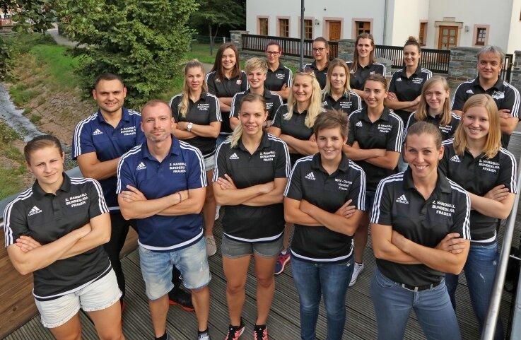 Die Mannschaft von Trainer Marko Brezic (hinten rechts) bei der offiziellen Teampräsentation des BSV Sachsen Zwickau.