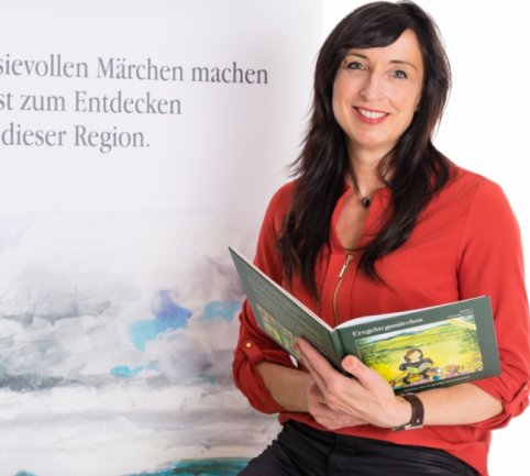 Die nächsten sieben Märchen, die im Erzgebirge etwa in Wiesenbad, in Zschopau oder auch in Sosa spielen, hat die Thalheimerin Claudia Curth geschrieben. Den Band zum Preis von 19,90 Euro gibt es voraussichtlich ab Ende des Monats, spätestens Anfang Oktober in den Buchhandlungen der Region.
