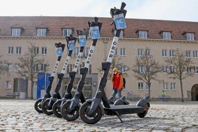 An knapp 40 Standorten in Zwickau sind die E-Scooter zu finden. Für die Nutzung ist eine Anmeldung auf dem Handy erforderlich.