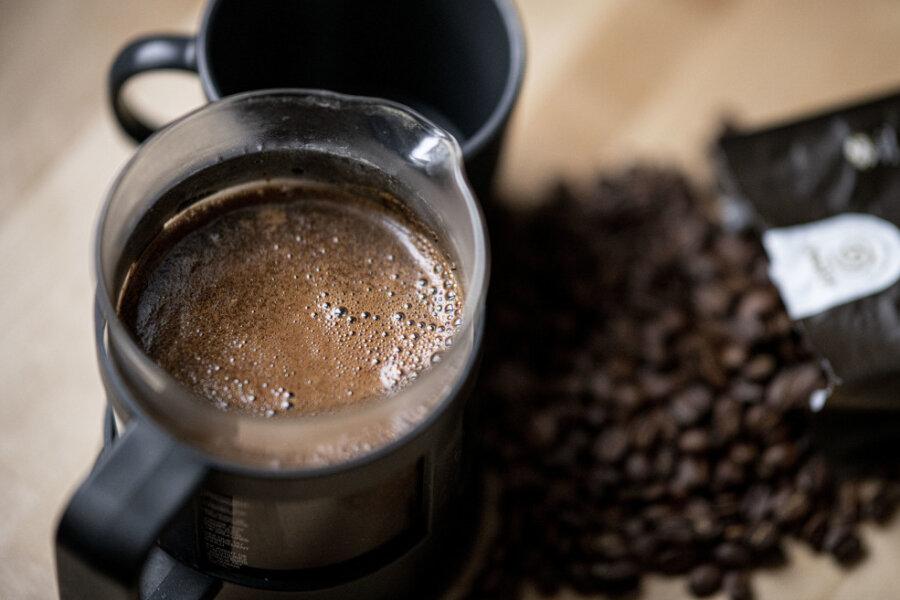 Frisch gebrühter Kaffee wird in einer French Press zubereitet. Kaffee ist der Deutschen liebstes Getränk - der Pro-Kopf-Verbrauch lag 2020 bei durchschnittlich 168 Liter.