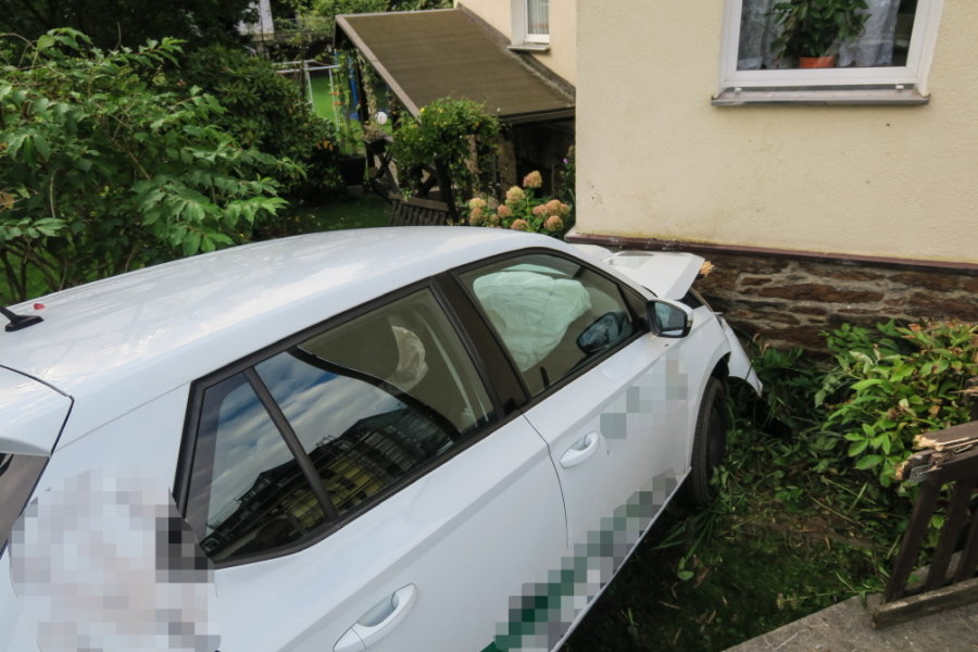 Schwarzenberg: Auto fährt gegen Hauswand