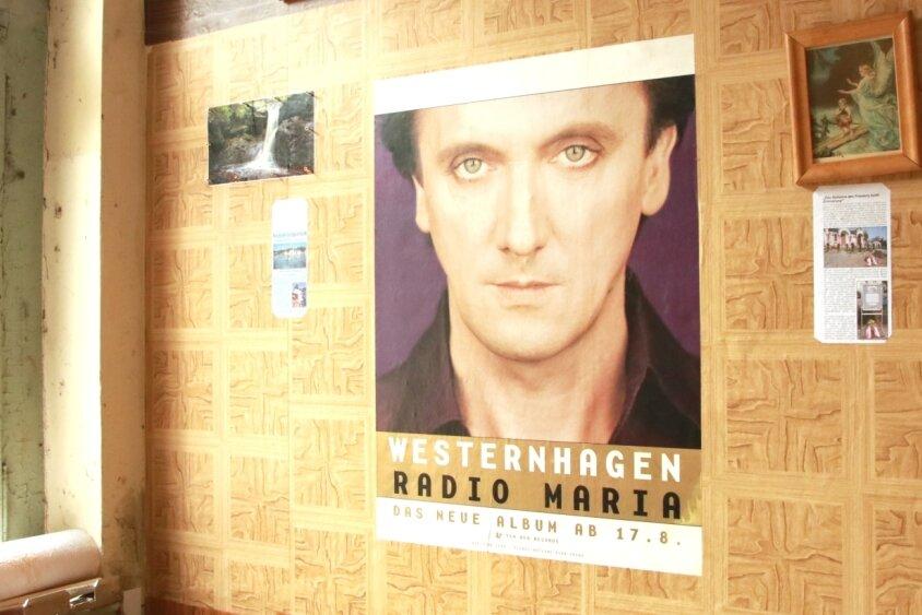 Bilder und Poster hängen neuerdings in der Wartehalle des Lengenfelder Bahnhofs.