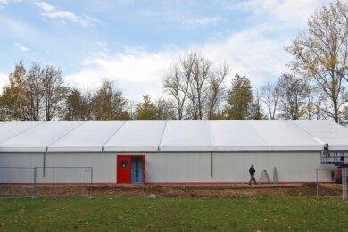 Blick vom Eingang ins Kunsteisstadion auf die Trainingseishalle. Auf dem Dach befinden sich doppelte Kunststoffplanen.